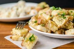 Pane tostato al forno con formaggio e le erbe Immagini Stock Libere da Diritti