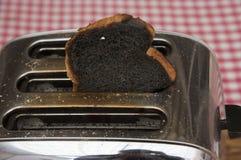 Pane tostato bruciato schioccando dal tostapane immagine stock libera da diritti