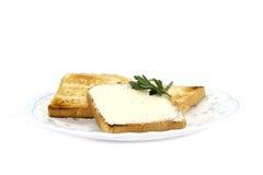 Pane tostato con burro sulla zolla Immagini Stock