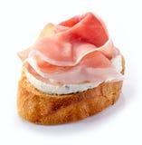 Pane tostato con formaggio cremoso ed il prosciutto di Parma Fotografia Stock