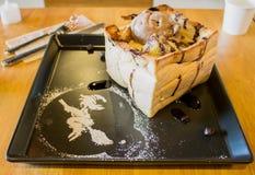 Pane tostato con il gelato del cioccolato con i decori di una strega della glassa Immagini Stock Libere da Diritti