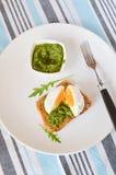 Pane tostato con il pesto e con l'uovo Fotografia Stock