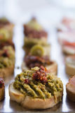 pane tostato con il pistacchio ed i pomodori secchi Fotografie Stock Libere da Diritti