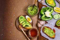 Pane tostato con l'avocado, spezie Cibo sano della prima colazione organica cruda Immagine autentica di stile di vita Copi lo spa fotografia stock