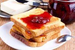 Pane tostato con l'inceppamento ed il burro di fragola Fotografia Stock Libera da Diritti