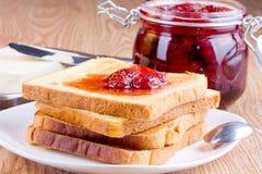 Pane tostato con l'inceppamento ed il burro di fragola Fotografie Stock Libere da Diritti