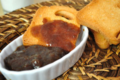 Pane tostato con l'ostruzione del rabarbaro Fotografie Stock Libere da Diritti