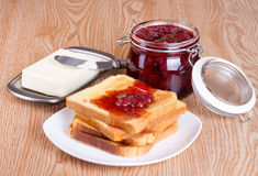 Pane tostato con l'ostruzione di fragola Fotografia Stock Libera da Diritti