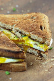 Pane tostato con l'uovo fritto Fotografie Stock Libere da Diritti