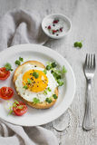 Pane tostato con l'uovo su un piatto bianco Immagine Stock Libera da Diritti