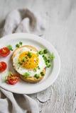 Pane tostato con l'uovo su un piatto bianco Fotografia Stock Libera da Diritti