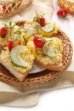 Pane tostato con l'uovo tagliato Fotografie Stock