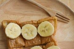 Pane tostato con la fetta della banana e del burro di arachidi Immagine Stock Libera da Diritti
