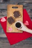 Pane tostato con la pasta del cioccolato Prima colazione romantica sopra Immagini Stock