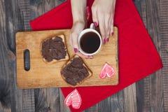 Pane tostato con la pasta del cioccolato Prima colazione romantica sopra Immagine Stock Libera da Diritti