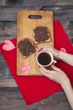 Pane tostato con la pasta del cioccolato Prima colazione romantica sopra Fotografia Stock Libera da Diritti