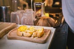 Pane tostato con latte condensato dolce Fotografia Stock