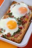 Pane tostato cotto con le uova ed il prosciutto Fotografia Stock