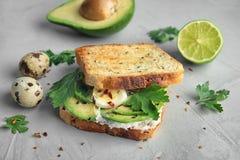 Pane tostato croccante con l'avocado affettato, formaggio cremoso immagine stock