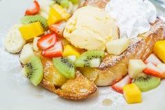 Pane tostato del miele con frutta Fotografia Stock Libera da Diritti