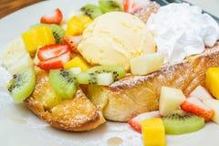 Pane tostato del miele con frutta Fotografie Stock