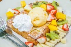 Pane tostato del miele con frutta Fotografia Stock