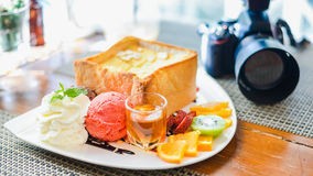 Pane tostato del miele con il gelato Fotografia Stock Libera da Diritti