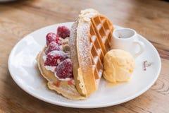 Pane tostato del miele con le fragole ed il gelato freschi Fotografia Stock Libera da Diritti