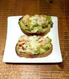 Pane tostato dell'avocado e del gamberetto fotografie stock