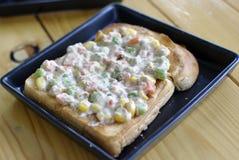 Pane tostato dell'insalata di tonno Fotografia Stock