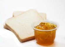 Pane tostato della fetta ed inceppamento della marmellata d'arance fotografie stock libere da diritti