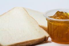 Pane tostato della fetta ed inceppamento della marmellata d'arance Immagine Stock Libera da Diritti