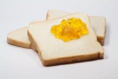 Pane tostato della fetta ed inceppamento della marmellata d'arance immagine stock