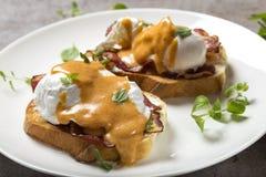 Pane tostato di Benedict delle uova, prosciutto, uova affogate e h butirrosa deliziosa Immagini Stock Libere da Diritti