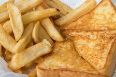 Pane tostato e patate fritte, aperitivo per la prima colazione Fotografie Stock