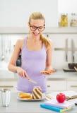 Pane tostato felice di diffusione della ragazza con la crema del cioccolato Fotografia Stock Libera da Diritti