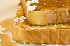 Pane inzuppato in latte/uova e zucchero e fritto in padella immagine stock