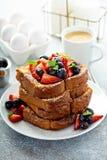 Pane tostato francese con le bacche immagine stock