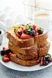 Pane tostato francese con le bacche immagine stock libera da diritti