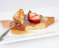 Pane tostato francese con sciroppo e la fragola Immagine Stock