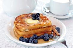 Pane tostato francese e mirtilli Fotografie Stock Libere da Diritti