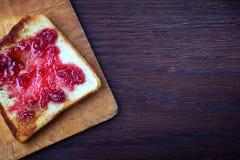 Pane tostato tostato con l'inceppamento di lampone Immagini Stock Libere da Diritti