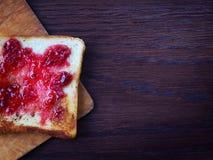 Pane tostato tostato con l'inceppamento di lampone Immagine Stock