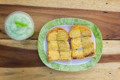 Pane tostato in un piatto sulla tavola Fotografia Stock Libera da Diritti