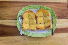 Pane tostato in un piatto sulla tavola Immagine Stock Libera da Diritti
