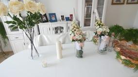 Pane tradizionale di nozze sulla tavola Tavola di nozze con la pagnotta tradizionale dolce di nozze archivi video