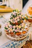 Pane tradizionale meravigliosamente decorato di nozze sull'altare nella chiesa dell'europeo di pasqua Immagine Stock