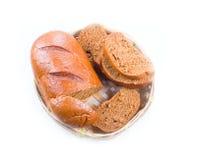 Pane in un cestino del pane di vimini immagini stock