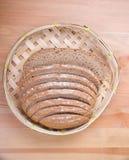 Pane in un cestino del pane di vimini fotografia stock