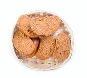 Pane in un cestino del pane di vimini su fondo bianco fotografia stock libera da diritti